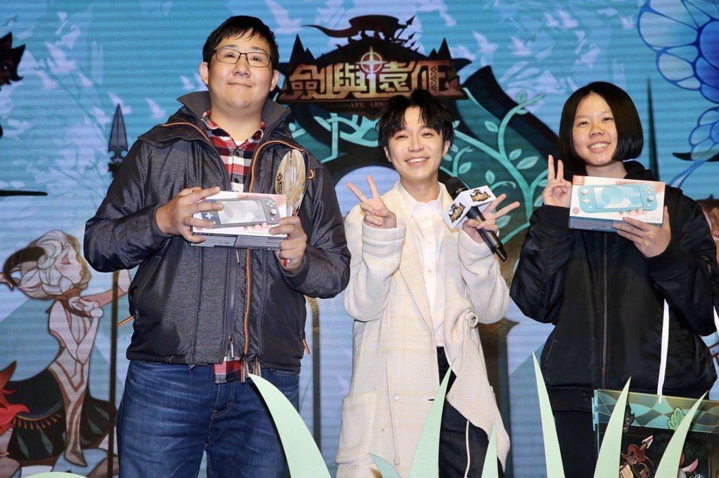 吳青峰今天出席代言手遊活動,與玩家同樂。記者徐兆玄/攝影