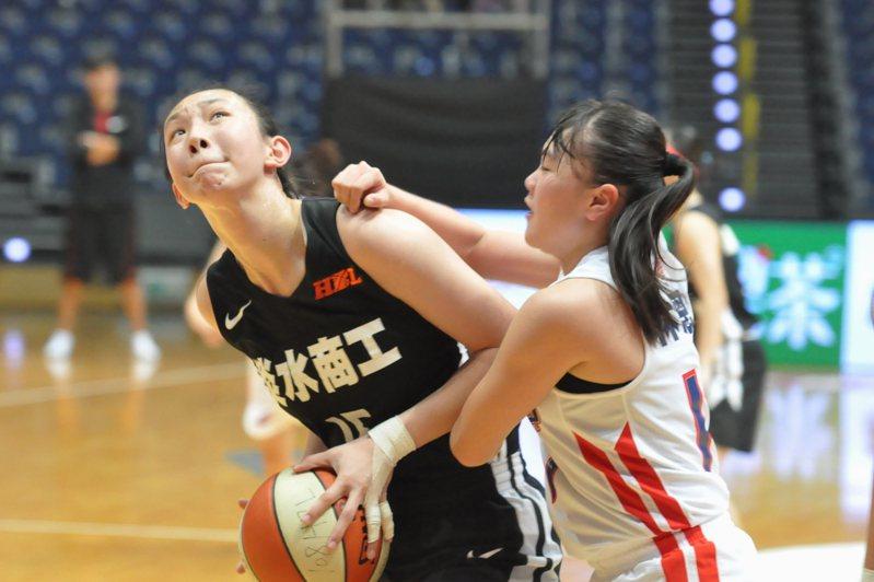 淡商187公分長人趙云楓(左)籃下單打。記者曾思儒/攝影