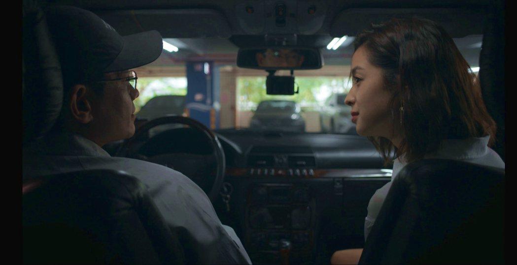 莫允雯(右)與飾演市長柯叔元的地下情人。圖/公視提供