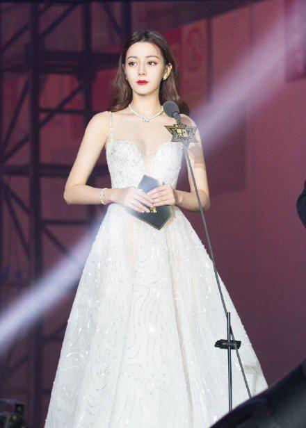迪麗熱巴出席騰訊視頻星光大賞,美到令人目瞪口呆。圖/摘自微博