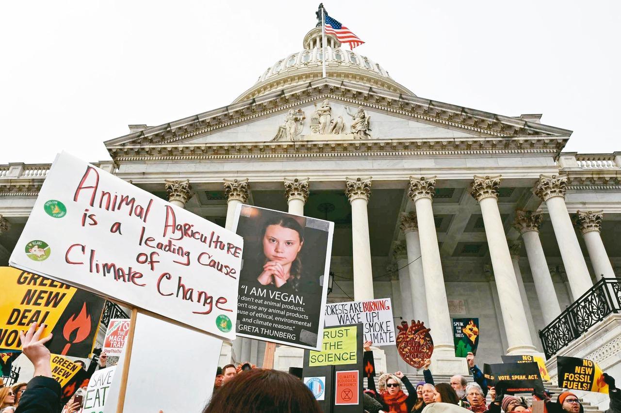 人群聚集在華盛頓抗議停止新的化石燃料