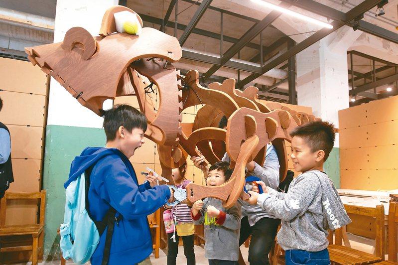 「玩具變變變 創客養成記」昨天開展,現場大恐龍等新奇玩具琳瑯滿目,大小朋友玩得不亦樂乎。 記者季相儒/攝影