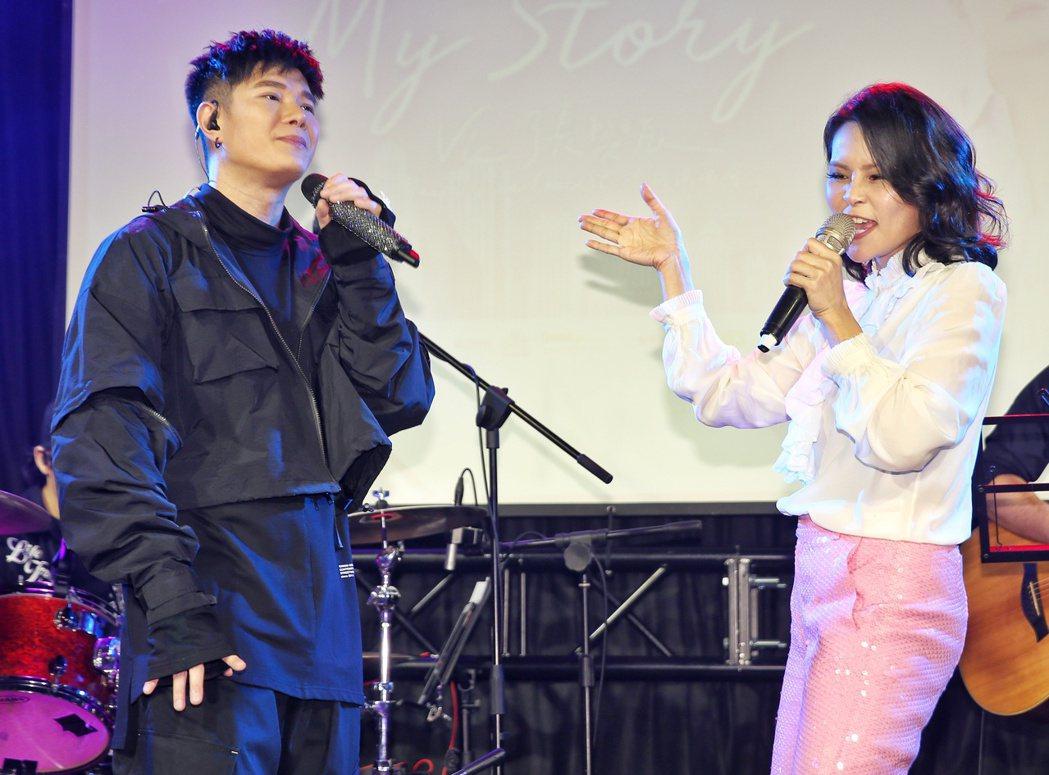 張與辰(左)與周蕙(右)於演唱會上同台。記者曾原信/攝影