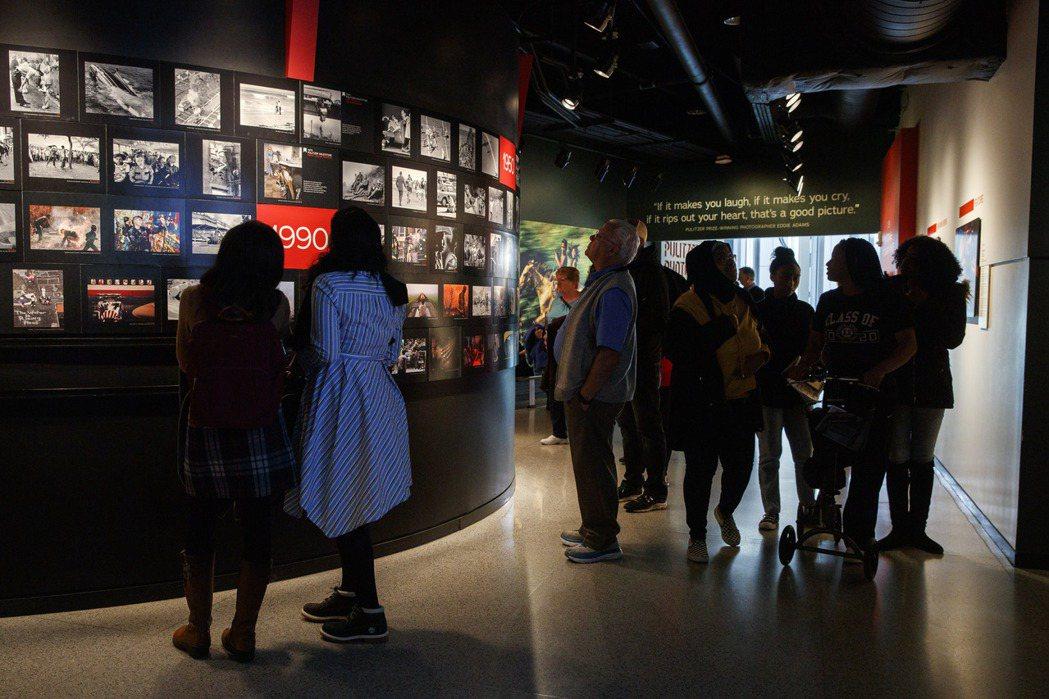 不少遊客趕在新聞博物館熄燈前,來看最後一眼。 (美聯社)