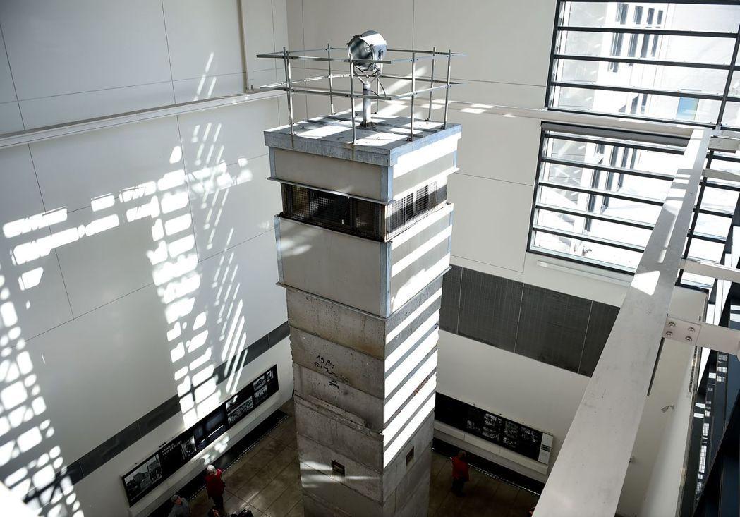 新聞博物館內展示柏林圍牆的瞭望塔。 (法新社)
