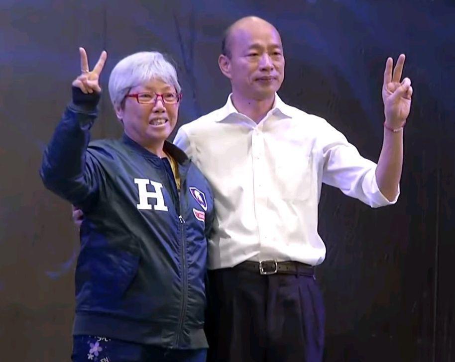 住高雄的退休謝老師(左)28日以100萬元買下韓國瑜身上鋼鐵夾克。 圖/截自聯合...