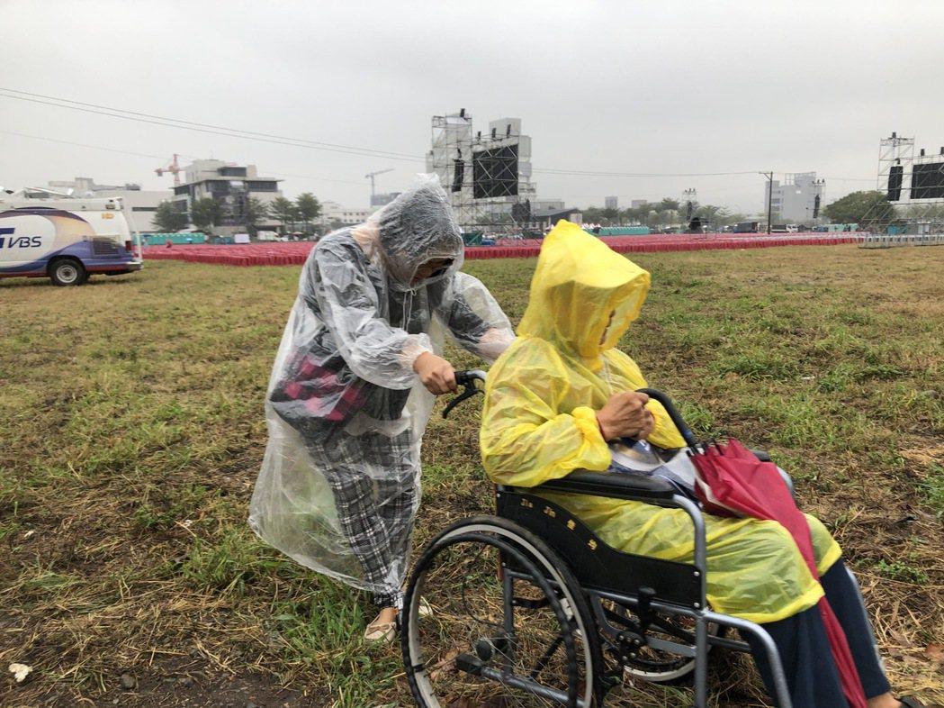台中太平的高先生由太太拉著輪椅,往造勢會場走。 記者陳秋雲/攝影