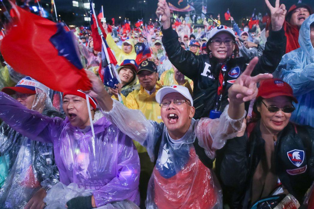國民黨總統候選人韓國瑜昨天晚上在台中的造勢晚會,現場支持者熱情吶喊。 記者季相儒...