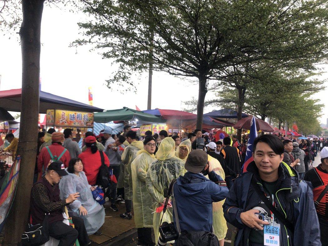 國瑜夜市街道外的攤商生意爆好。 記者陳秋雲/攝影