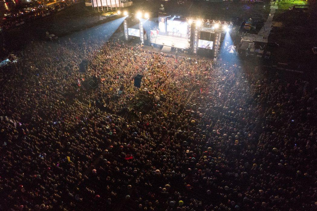 國民黨總統候選人韓國瑜在台中舉辦造勢,群眾不畏風雨到場參加。 記者黃仲裕/攝影
