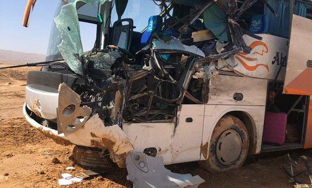 從埃及首都開羅開往艾因蘇赫納(Ain Sokhna)的觀光巴士與卡車發生嚴重車禍。 圖擷自egyptindependent.com