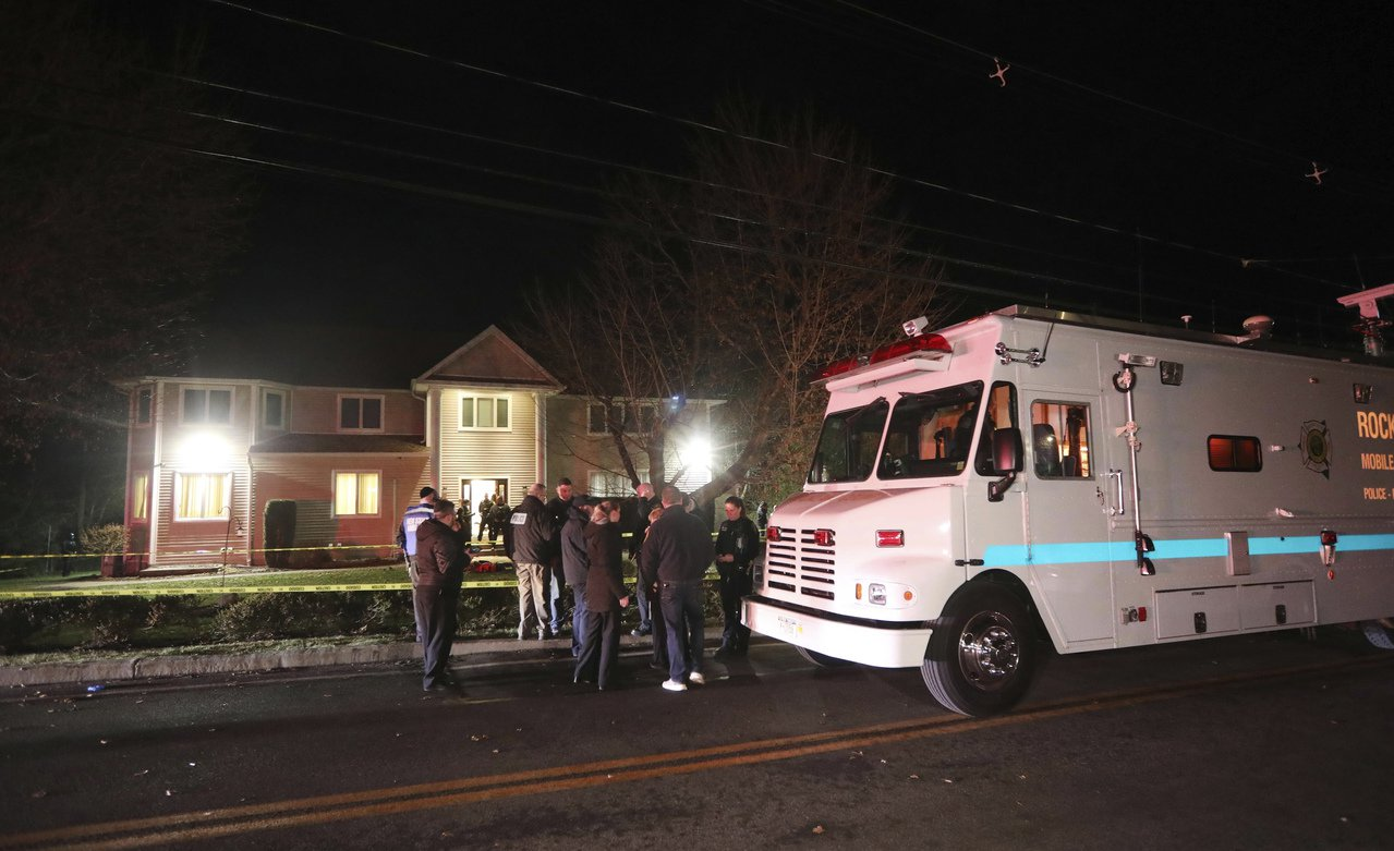 一名攻擊者29日晚間在紐約州一位猶太教拉比家中刺傷5人後駕車逃逸,稍後被警方逮捕...