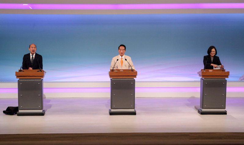 2020總統大選電視辯論會29日下午2時在公視登場,辯論會共分4階段,第1階段由各總統候選人申論8分鐘,順序經抽籤決定,依序為國民黨韓國瑜(左起)、親民黨宋楚瑜、民進黨蔡英文。中央社