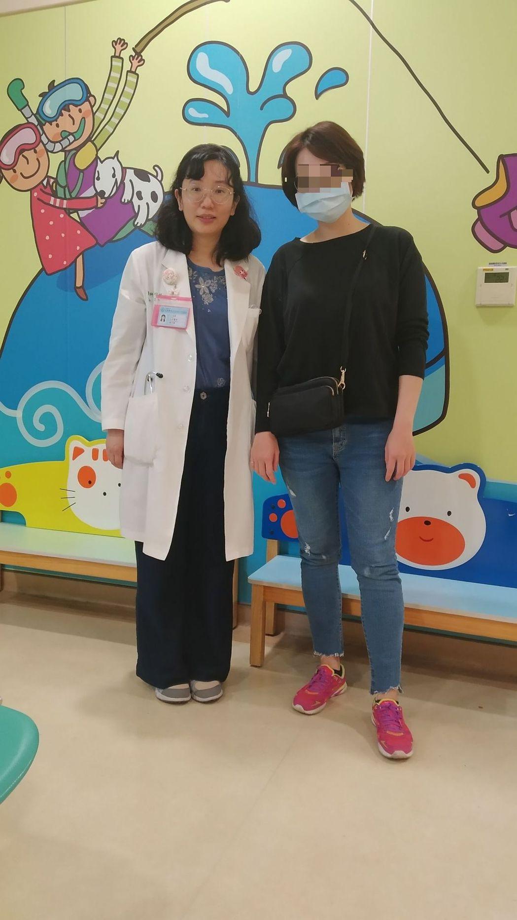 安南醫院兒科醫師賴以修(左)說,醫治慢性蕁麻疹病人,重要的是要找出發病病因治療。...