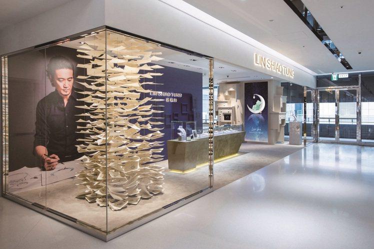 林曉同珠寶藝廊進駐遠東信義A13,利用設計師多年來的設計手稿,打造獨一無二的裝置...