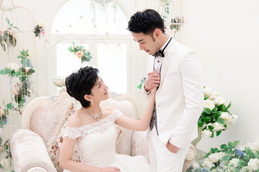 潘柏希(右)、瑭霏為了婚禮戲拍了一系列婚紗美照。圖/民視提供