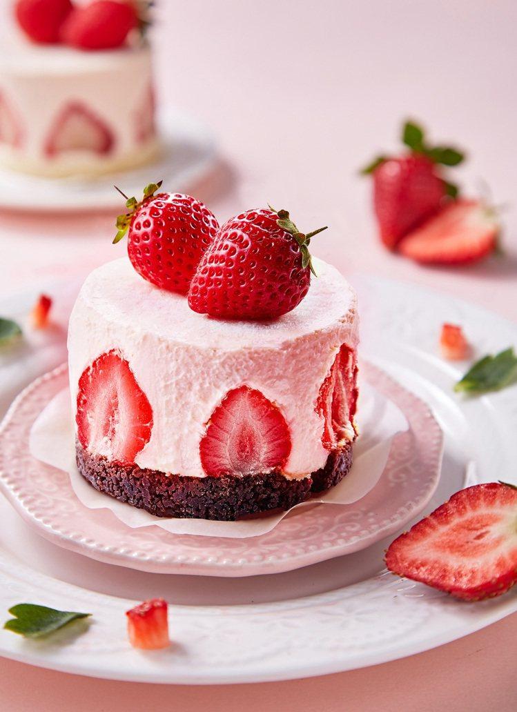 嚴選台灣小農新鮮草莓與澳洲頂級乳酪的「春之雪草莓生乳酪蛋糕」。圖/起士公爵提供