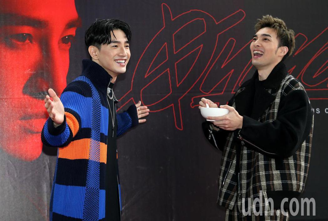 張立昂(左)喝完黃偉晉餵的雞湯,好喝到張開雙臂表示真的很「雞」。記者侯永全/攝影