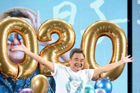 陳昇連續26年陪伴粉絲跨年,29日為「逃跑的日子」2020跨年演唱會彩排,形容團隊就像歌仔戲班,身為團長的自己不能生病、請假,這些年唱下來雖然不會膩,但體力變化最大,他說:「以前Key都定很高,現在...