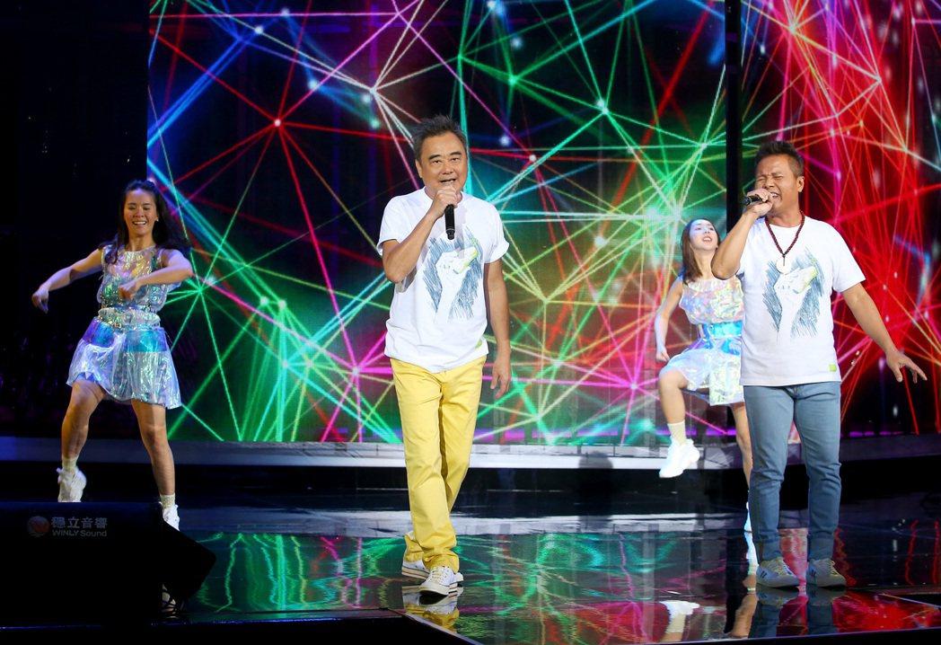 陳昇(左二)為「逃跑的日子」2020跨年演唱會彩排。記者余承翰/攝影