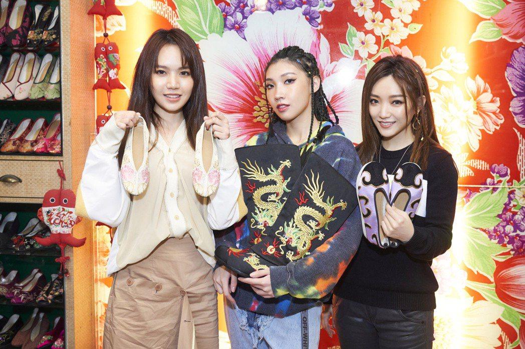 閻奕格(右起)、Karencici、文慧如到繡花鞋老店採購。圖/華研國際提供