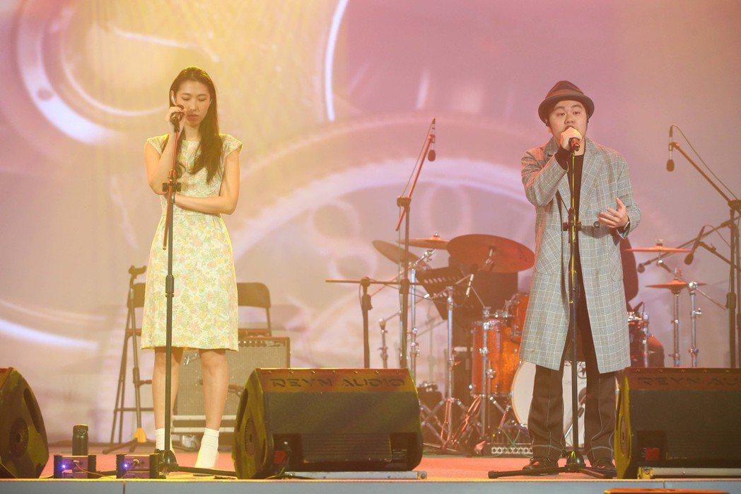 王若琳(左)、黃子軒帶來改編版的「我只在乎你」。記者葉信菉/攝影