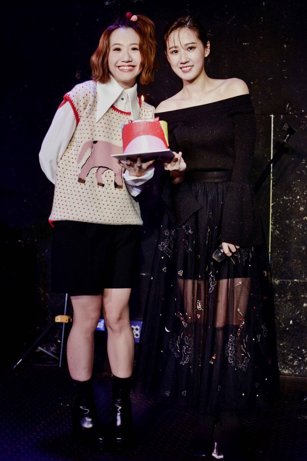 方志友(右)圓夢開生日音樂會,好友Lulu獻上蛋糕。圖/TVBS提供