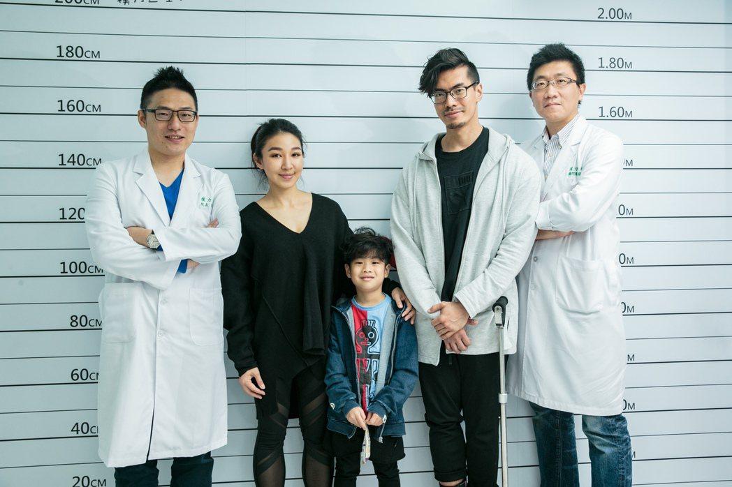 模力診所的陳南宏院長(左)、蔡世偉醫師(右)協助解答筋肉媽媽對孩子長高的疑惑。記...
