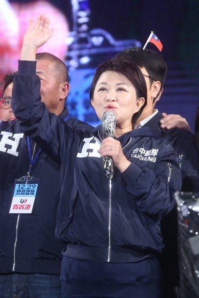 台中長盧秀燕今晚為國民黨韓國瑜站台,盧秀燕說,她努力守護空氣品質,靠她單打獨鬥不...