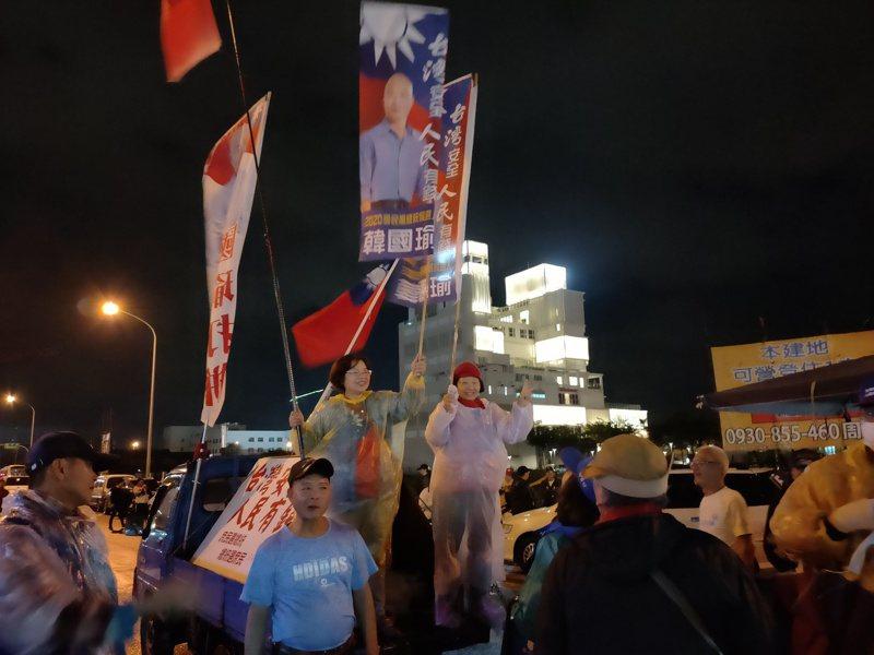 激情的韓粉站在車上舉旗支持。記者黃寅/攝影