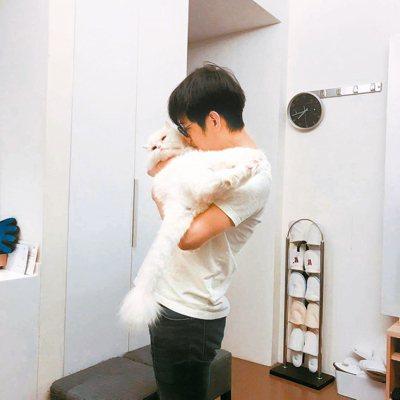陳建騏與愛貓大大。 攝影/陳立凱 圖/好多音樂提供