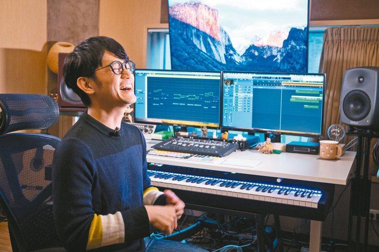 陳建騏一天有一半的時間在電腦或鋼琴前。 攝影/陳立凱 圖/好多音樂提供