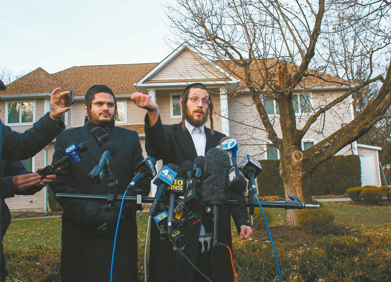 經歷反猶攻擊的葛魯克(右),廿九日在美國紐約州蒙塞鎮猶太教拉比的住宅外,向媒體描...