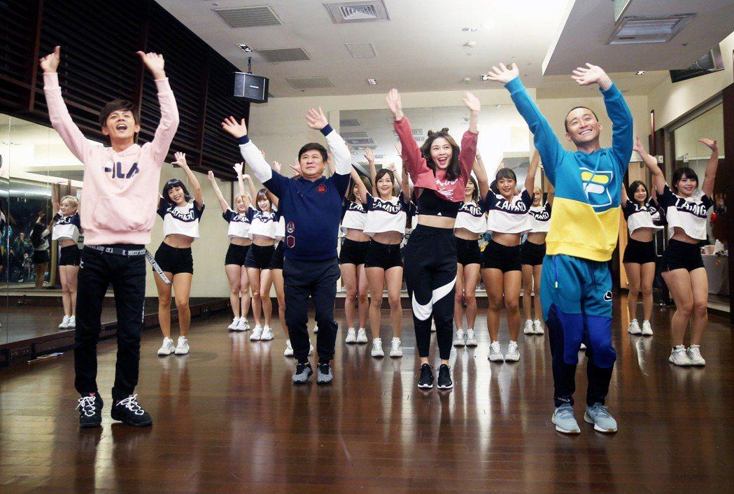 《2020愛在桃園幸福美好跨年活動》主持群浩角翔起(左起)、胡瓜和白家綺與Lam...