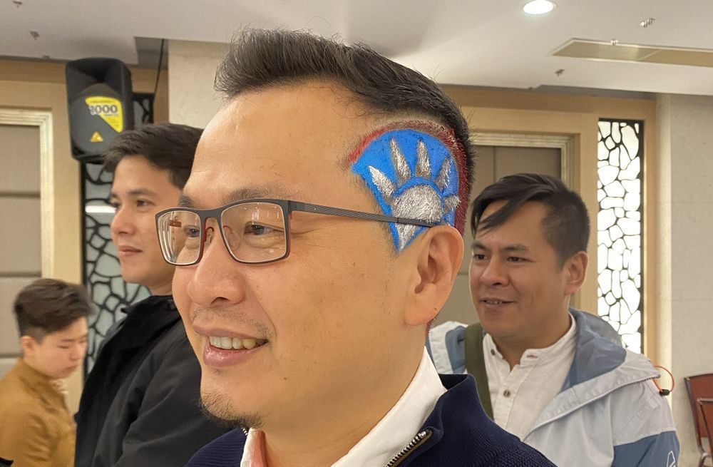 羅智強南下為洪秀柱「獻頭」相挺,在頭上剪上國旗圖樣。記者修瑞瑩/攝影