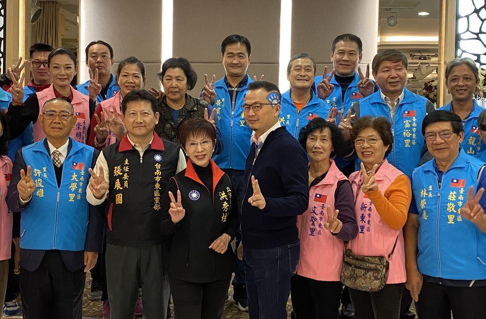 羅智強頂著國旗頭與洪秀柱一起參加台南東區里長餐會。記者修瑞瑩/攝影