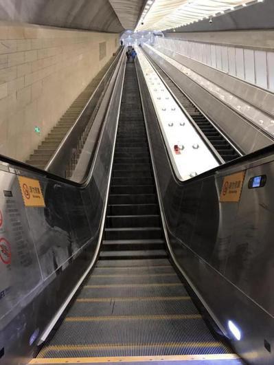大陸最長的高鐵扶梯位在京張高鐵的八達嶺長城站,長100公尺,垂直高度約15層樓高...