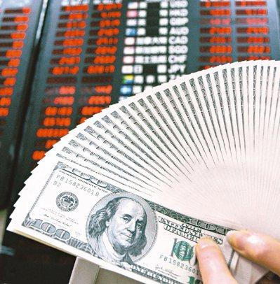 在熱錢湧入下,新台幣兌美元匯率本季以來強升3%,科技大廠分析,在新台幣兌美元、兌...