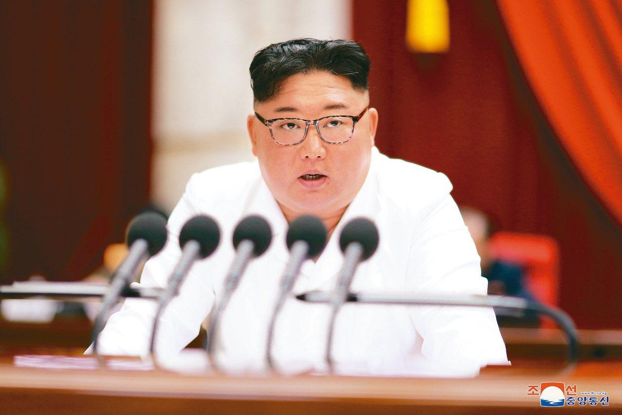 北韓中央通訊社29日發布照片,北韓領導人金正恩在五中全會中發表談話。 路透