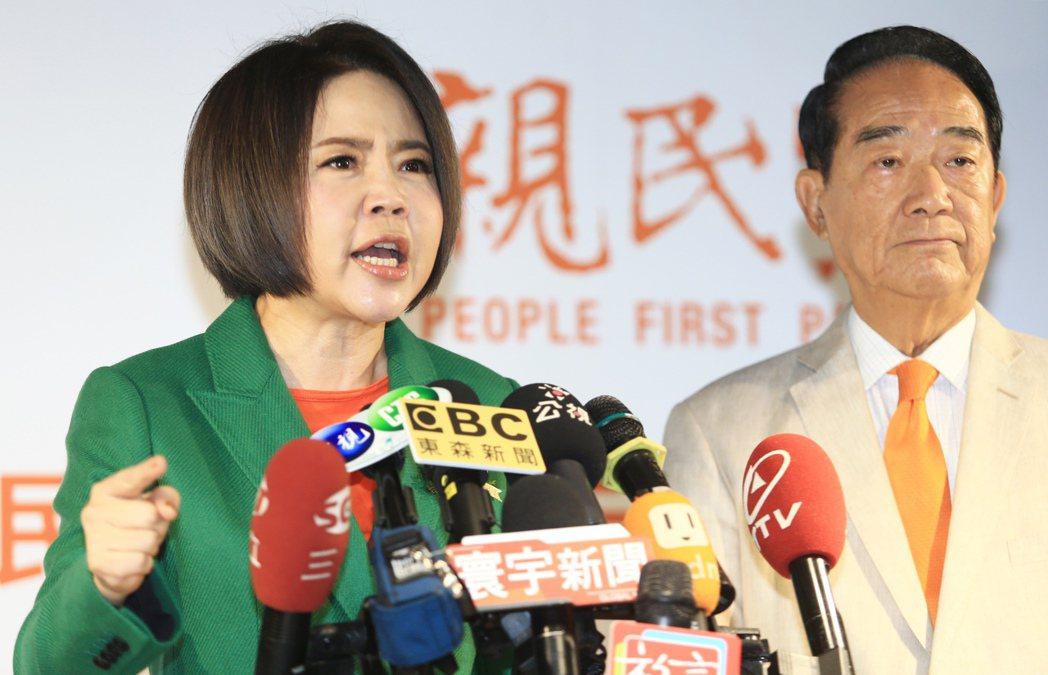 宋楚瑜(右)競選總部發言人于美人(左)。 聯合報系資料照/記者陳正興攝影