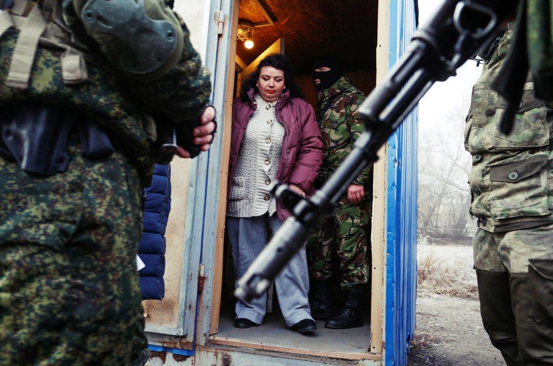 圖為烏東頓巴斯的親俄分離主義勢力看守等待戰俘交換的烏克蘭公民。 圖/路透社