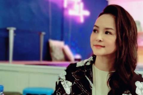 香港女星葉蘊儀早年來台發展,國語不標準的她將19歲講成的「洗腳水」,可愛模樣讓她知名度大開,至今談到「洗腳水女神」還是讓人印象深刻。葉蘊儀22歲閃婚,27歲離婚,如今已46歲的她並沒有再婚,對於單親...