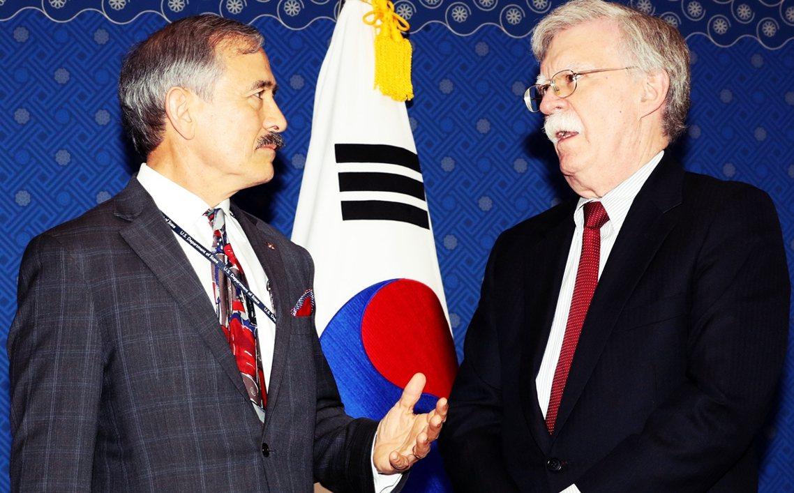 硬派鬍鬚二人組:今年7月哈里斯(左)與美國前國安顧問波頓(右)進行會談。波頓之前...