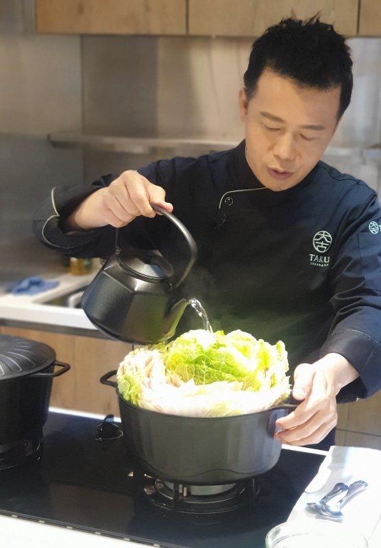 邱寶郎使用鑄鐵壺煮水,讓年菜湯汁更甘甜。 徐谷楨/攝影