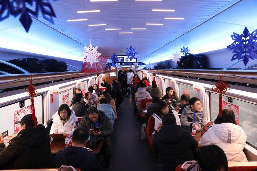 北京至張家口高速鐵路30日開通運營。車廂內打造一片冰雪美麗景觀。 (中新社)