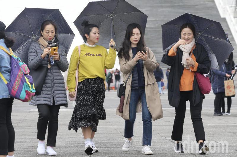 中央氣象局表示,今天南方雲系持續影響台灣,各地仍有降雨,大家出門記得要攜帶雨具。本報資料照片