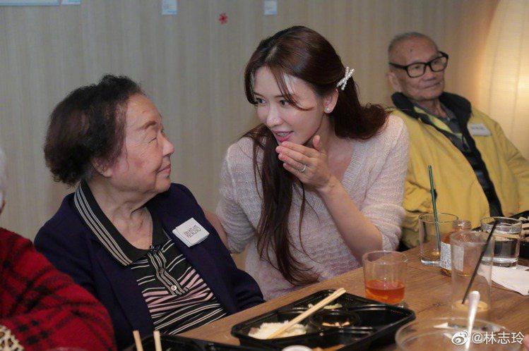 林志玲仍舊致力於公益活動,日前以簡單造型現身,陪伴長者用餐。圖/摘自林志玲微博