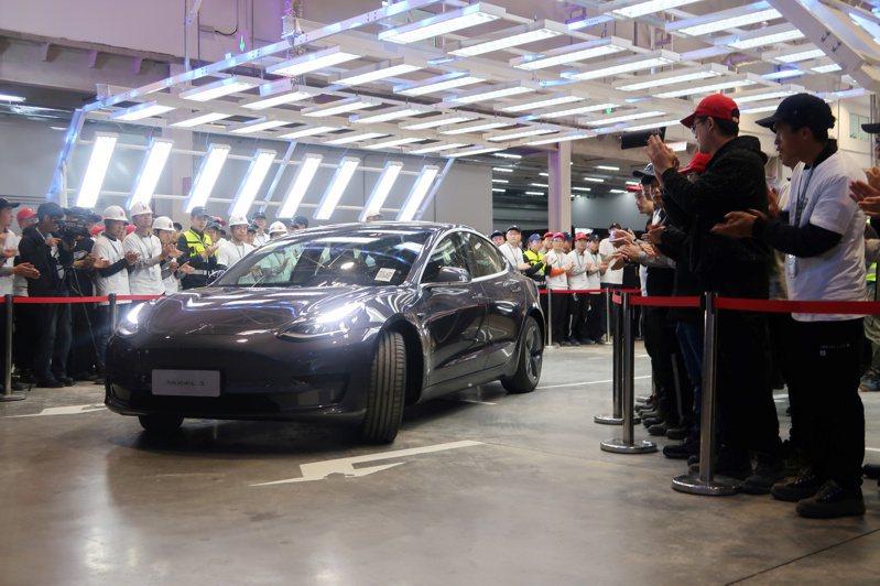 特斯拉中國大陸產Model 3今天舉行交車儀式。  路透
