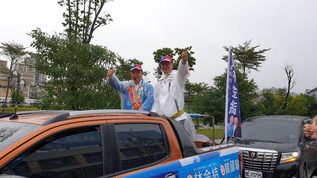 新北市前市長朱立倫陪同國民黨立委候選人林金結雨中車隊掃街。記者胡瑞玲/攝影