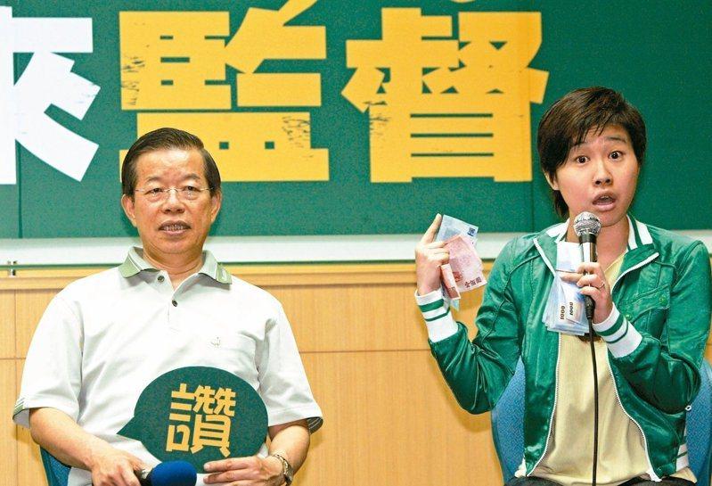 「卡神」楊蕙楊蕙如(右)操縱網軍被起訴,引發軒然大波,左為駐日代表謝長廷。本報資料照片